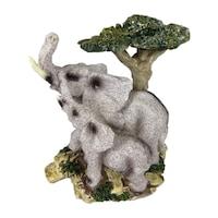 Декоративна фигура на слонове до дърво