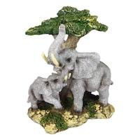 Декоративна фигура на слонове до дърво върху камък